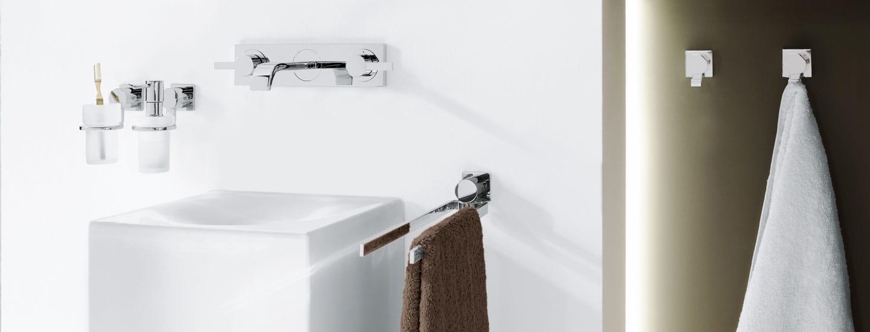 porte-brosse à dents, porte-savon, évier blanc, robinet et deux porte-serviettes