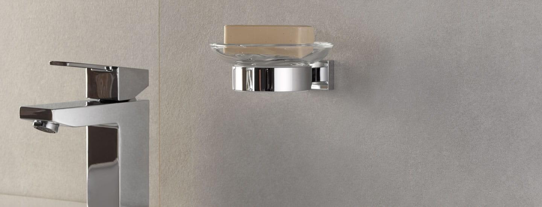 Robinet cube Essentials à côté d'un porte-savon cube Essentials