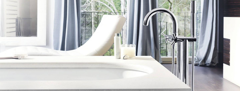 baignoire avec robinet monté au sol avec chaise et fenêtres ouvertes en arrière-plan