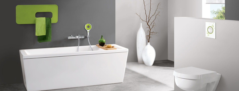 Une salle de bain avec un tube blanc et un lavabo.