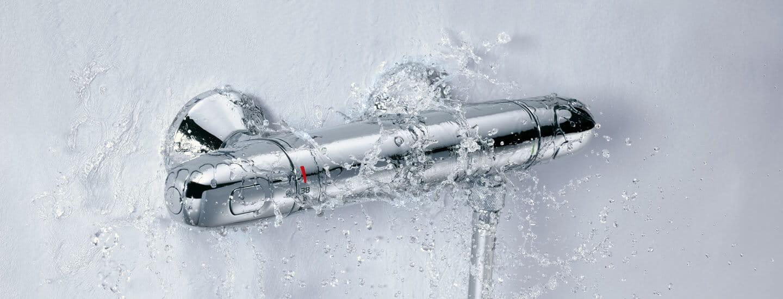 Grohtherm 1000 thermostat avec de l'eau qui coule vers le bas.