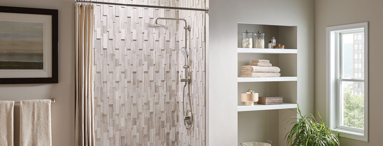Set de douche de forme rétro dans un présentoir de salle de bain avec des accents crème et gris clair.