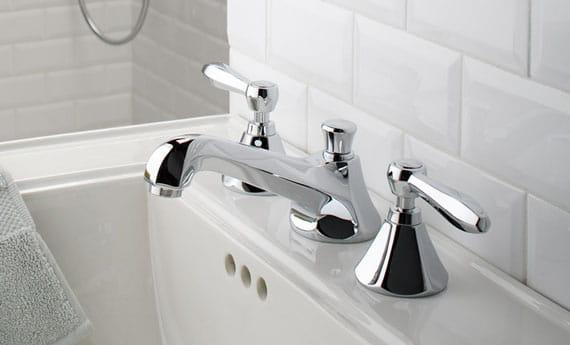 évier et robinet avec fond de carreaux blancs