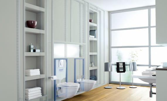 salle de bain à thème blanc avec parquet