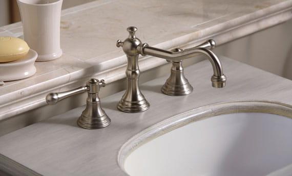 robinet et évier avec comptoir en marbre
