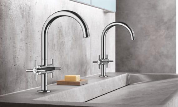 deux robinets avec un grand évier en marbre