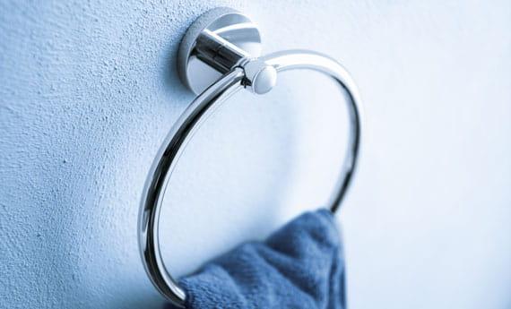 porte-serviette ronde avec serviette bleue