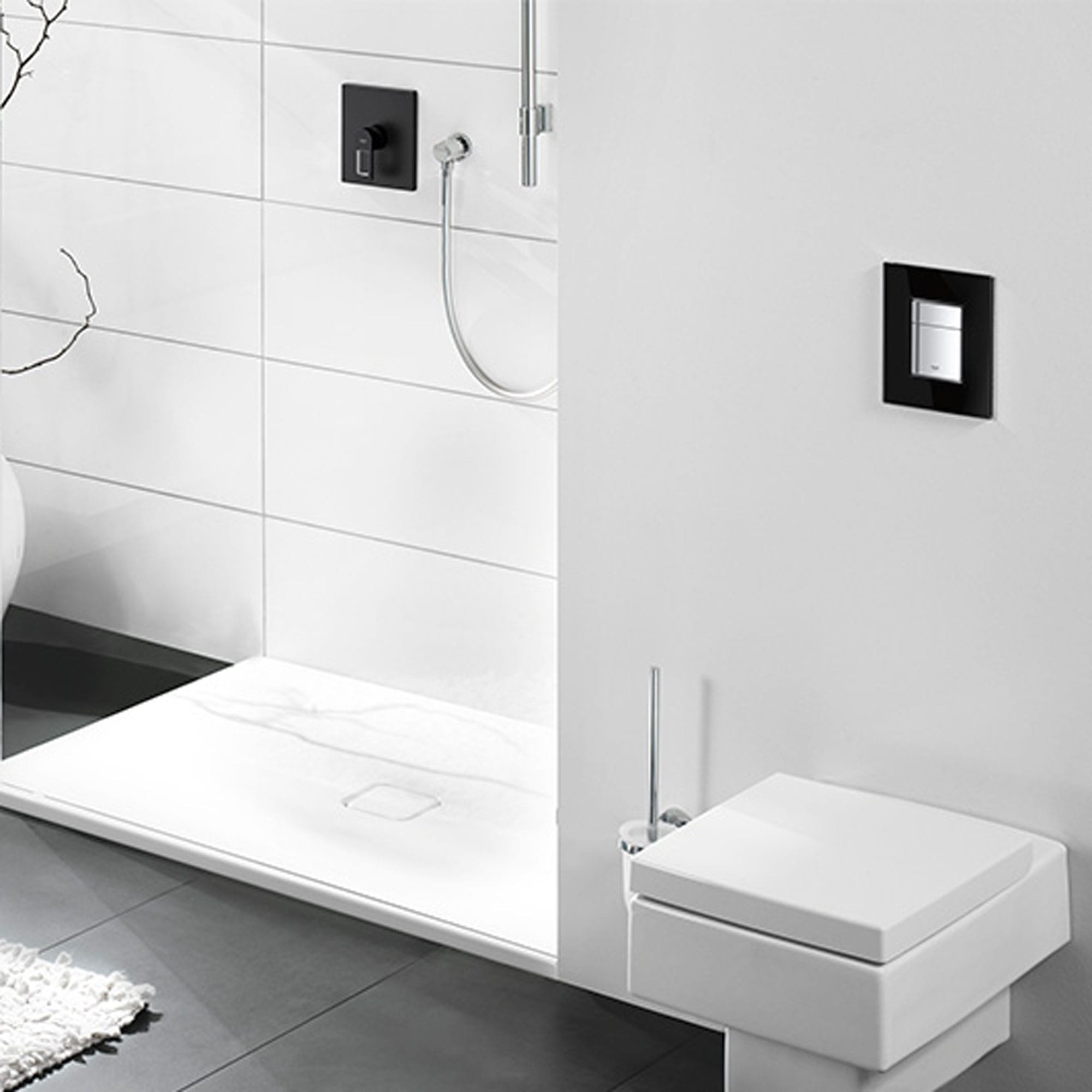 Assiette carrée dans une salle de bain grise.