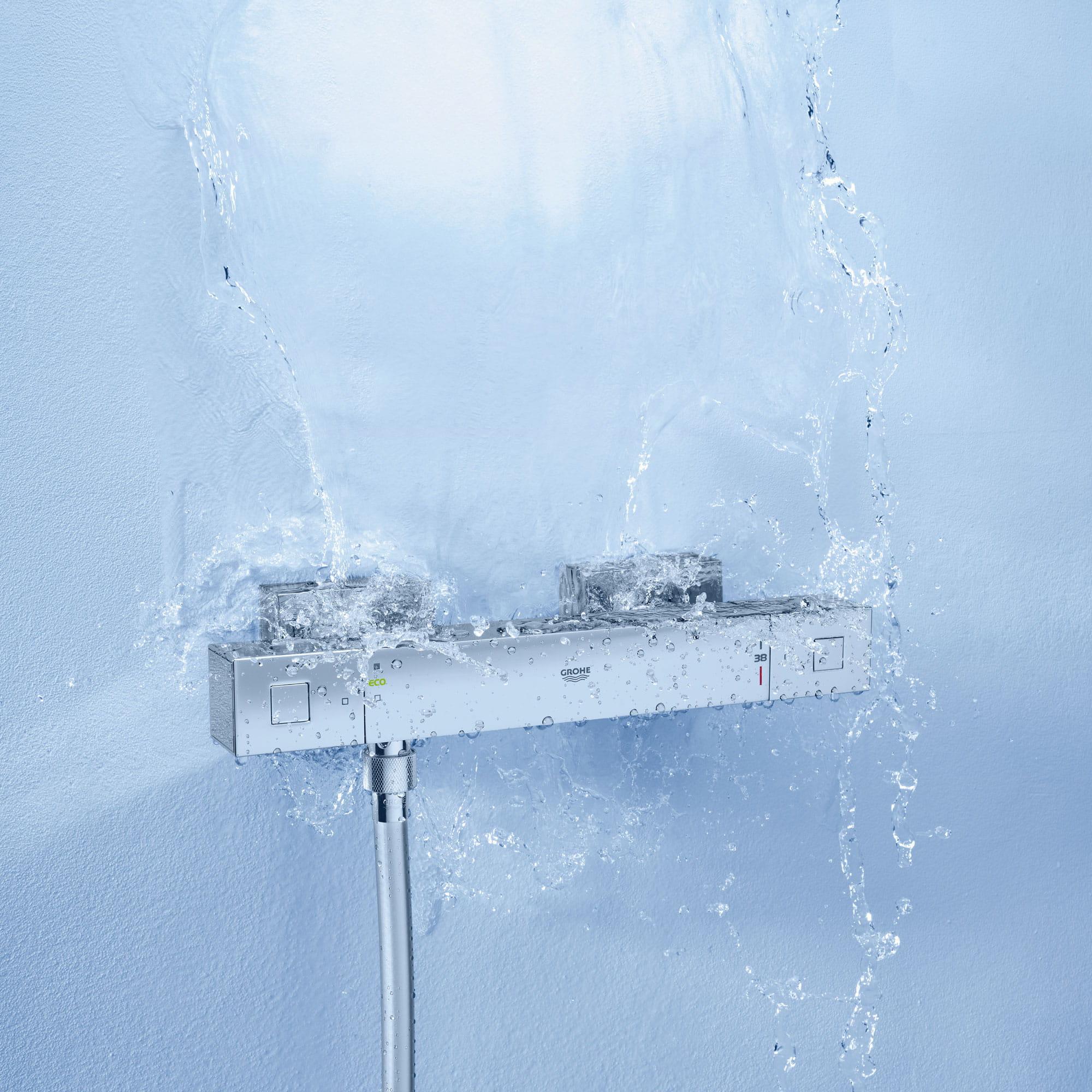 Bouton de douche avec de l'eau qui coule.