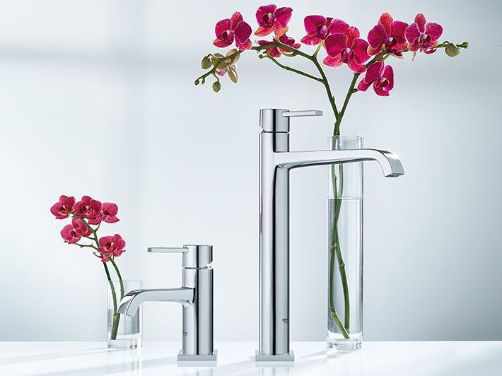 Robinet de lavabo vasque avec des fleurs en arrière-plan