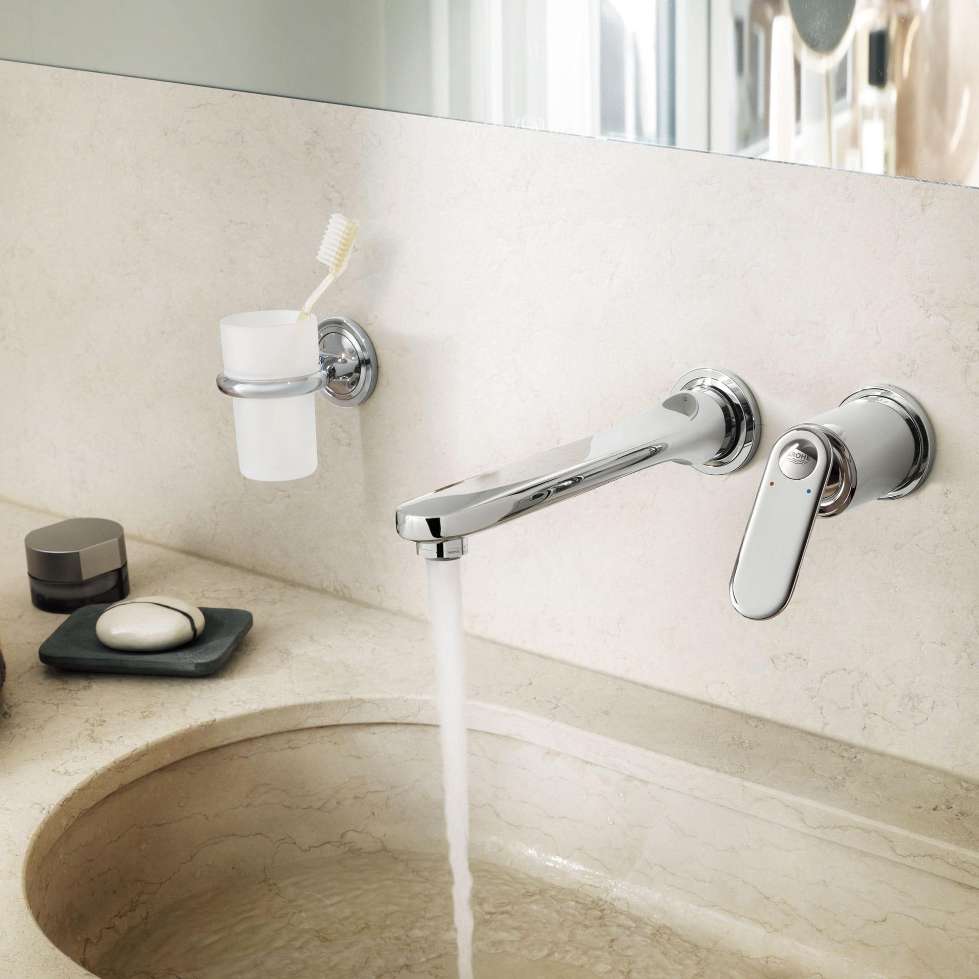 robinet de salle de bain avec eau courante