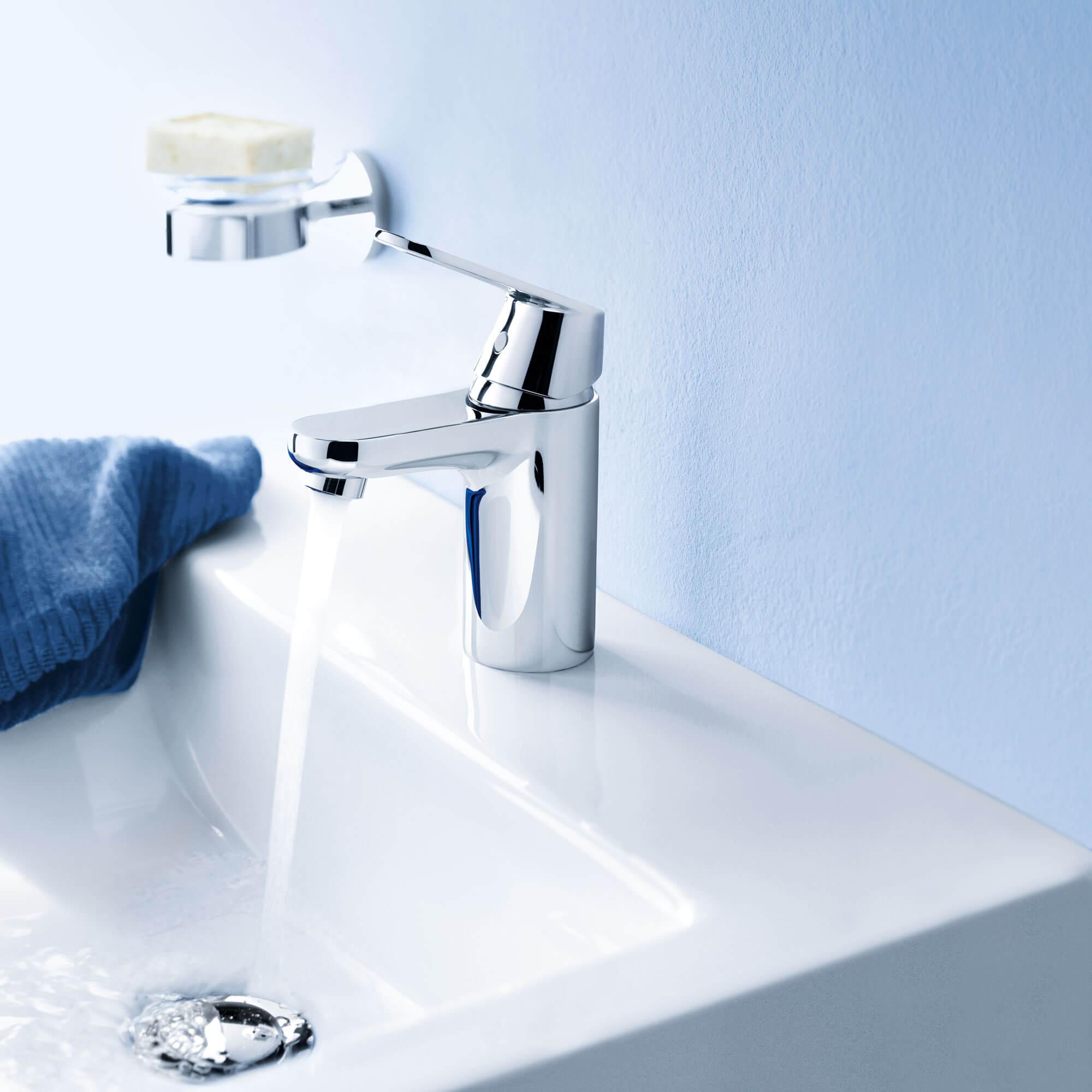 Grohe couler dans une salle de bain bleu clair.