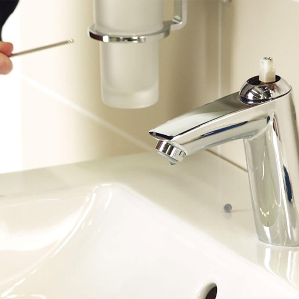 robinet sans poignée attachée pour montrer la cartouche à l'intérieur