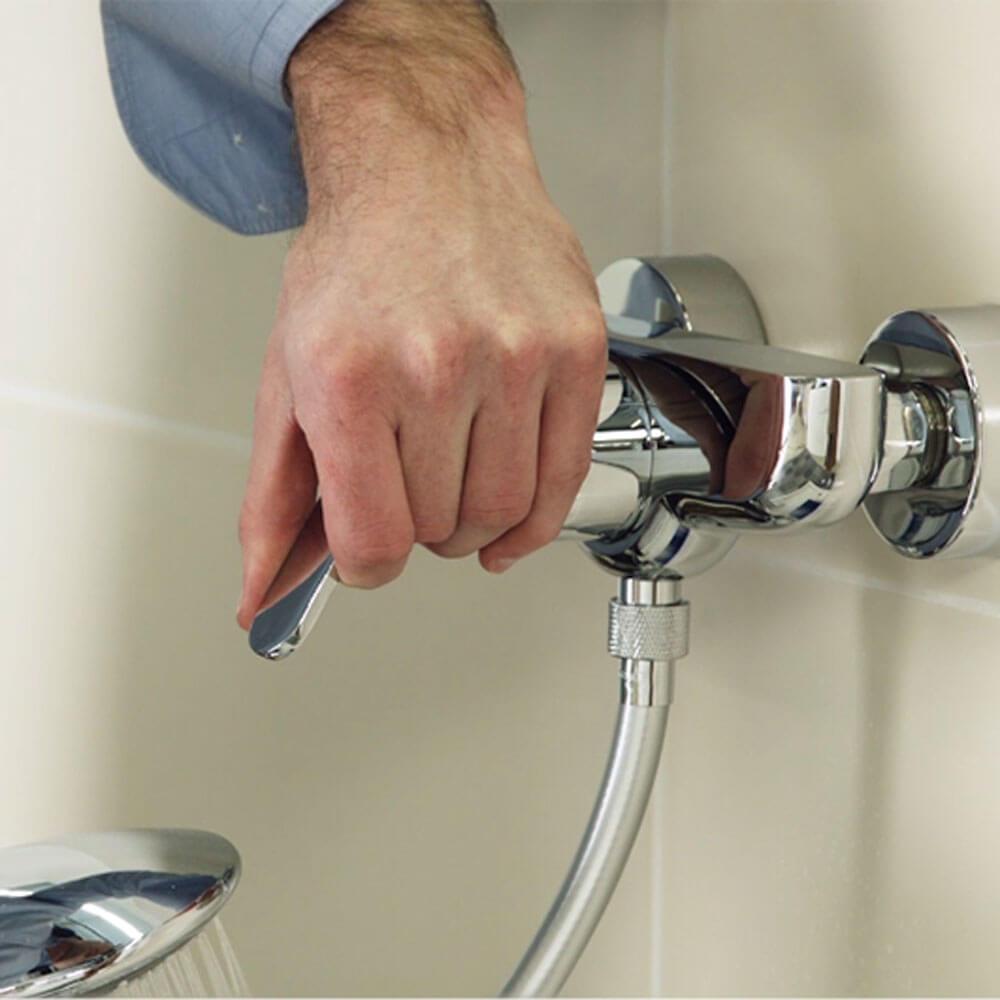 Installer un robinet de douche à une poignée