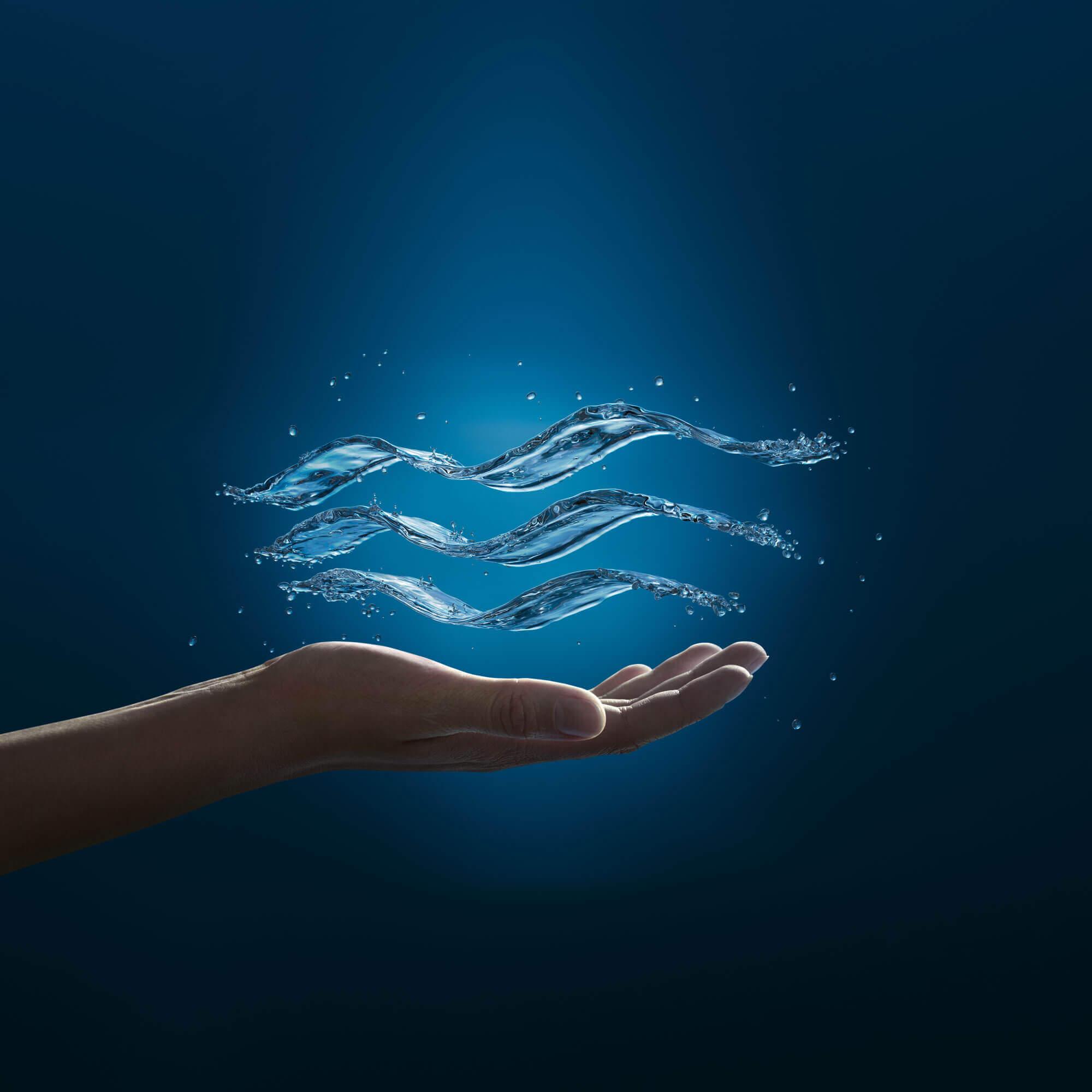 Logo de Grohe apparaissant comme eau flottant au-dessus de la main