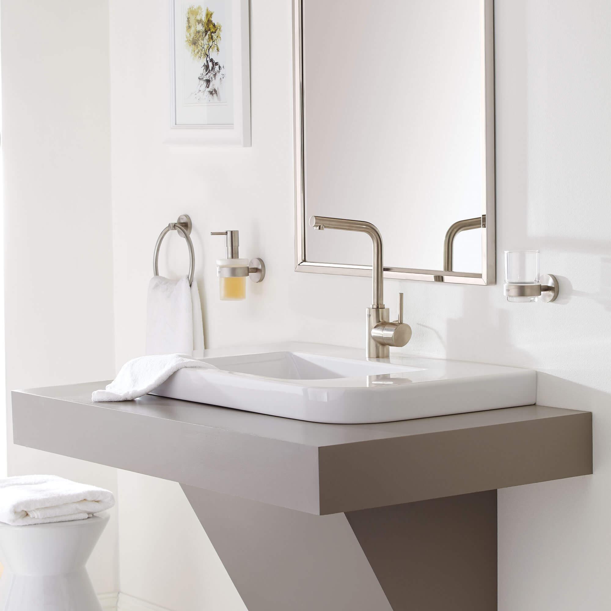 Robinet de salle de bain Concetto avec miroir et lavabo au-dessus du comptoir
