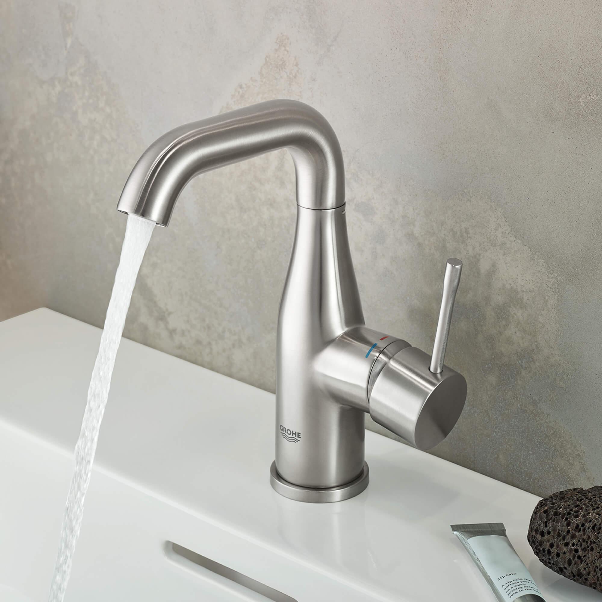 Robinet de salle de bains avec l'eau courante