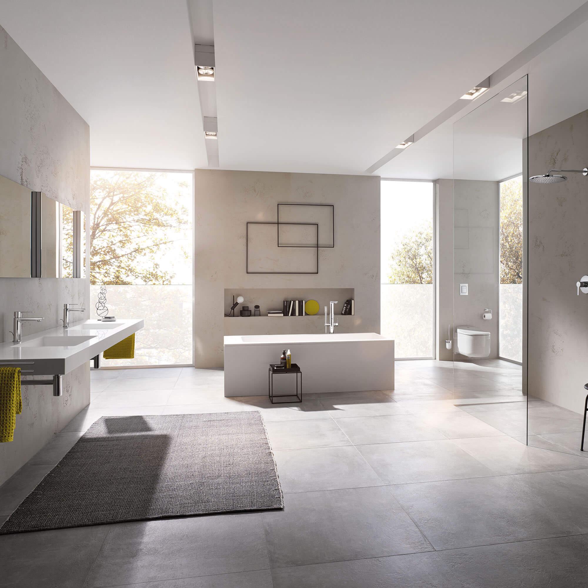 Présentoir de salle de bains complet avec fenêtres allant du sol au plafond.
