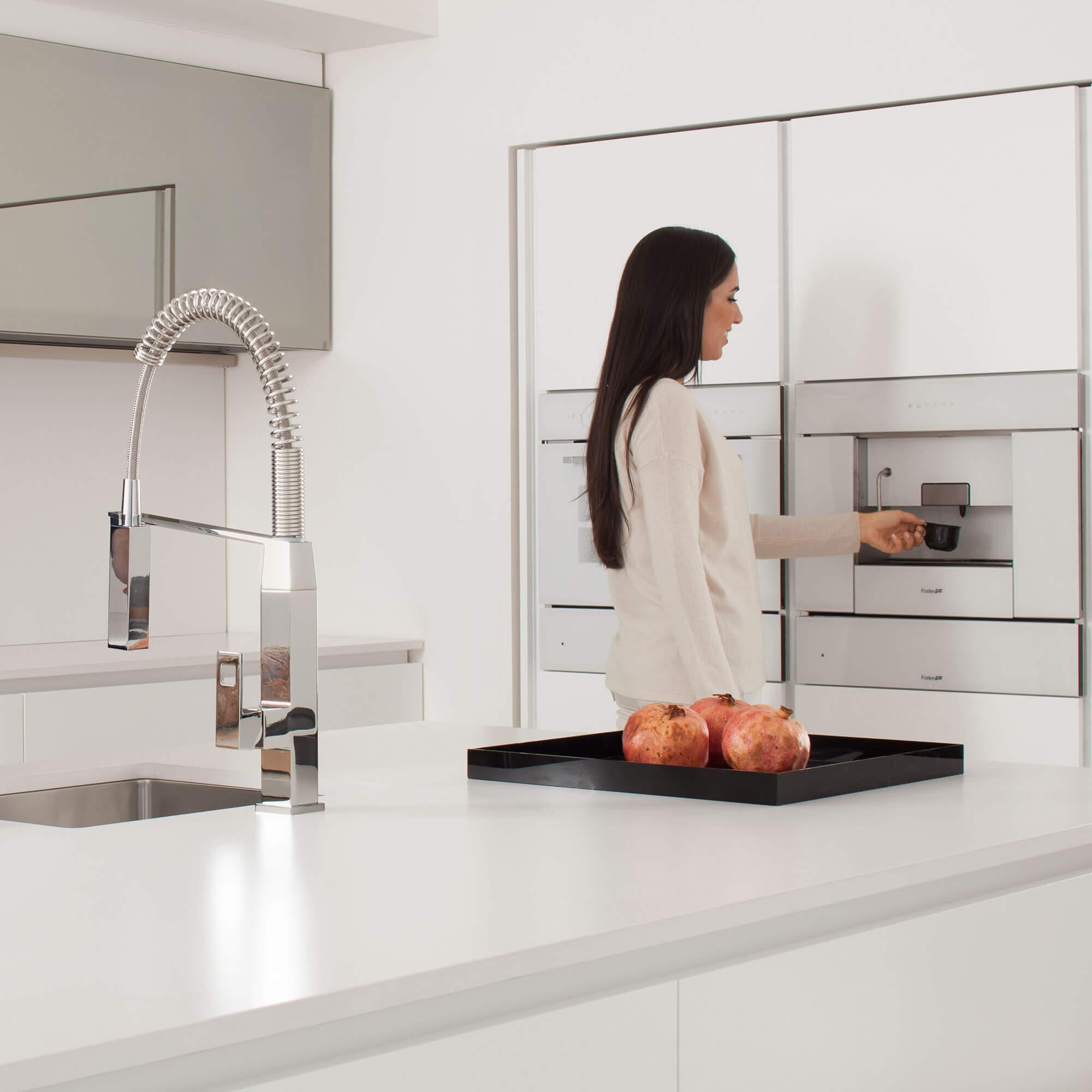 Robinet de cuisine Eurocube affiché devant une femme.
