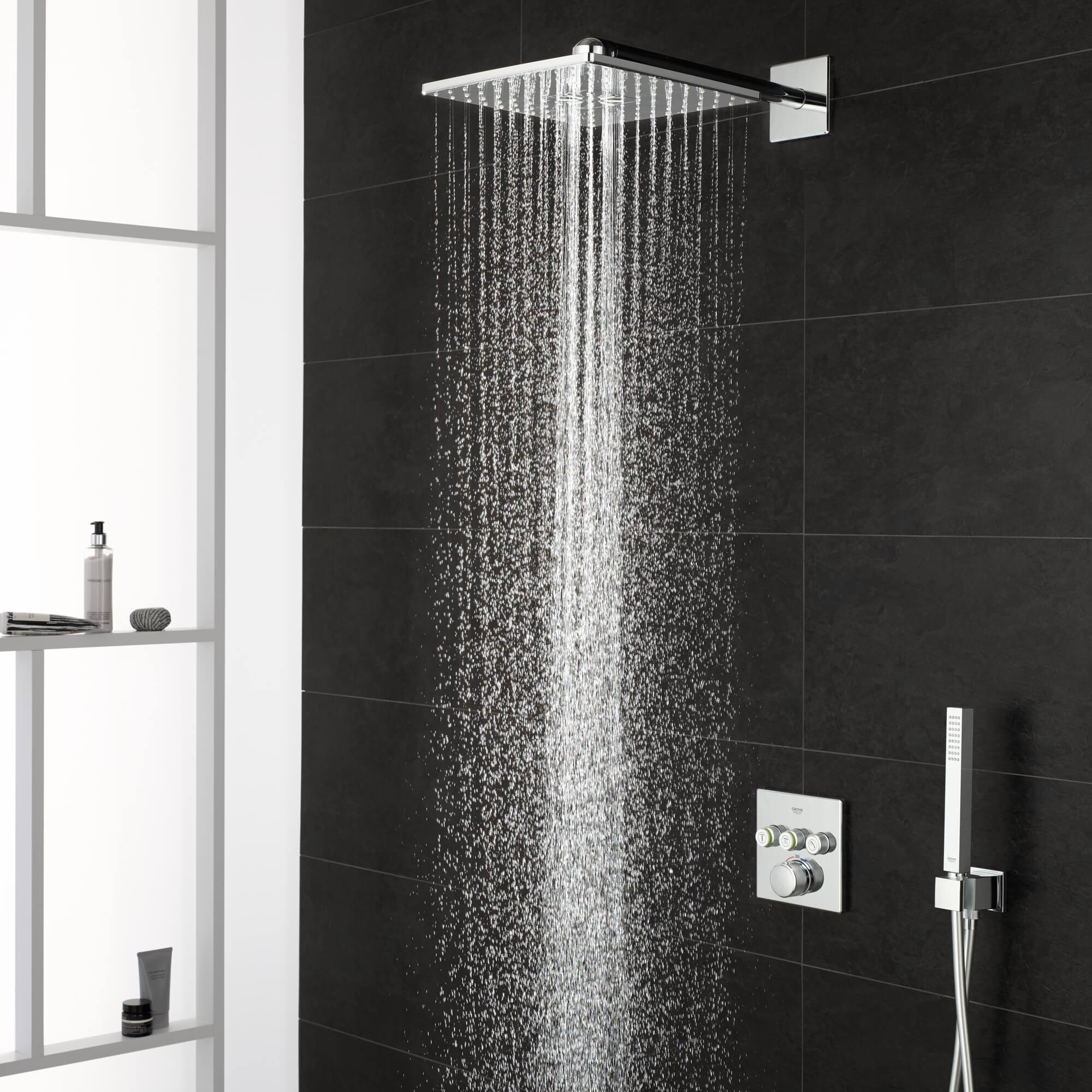 Douche cachée de Grohe avec l'eau dessus