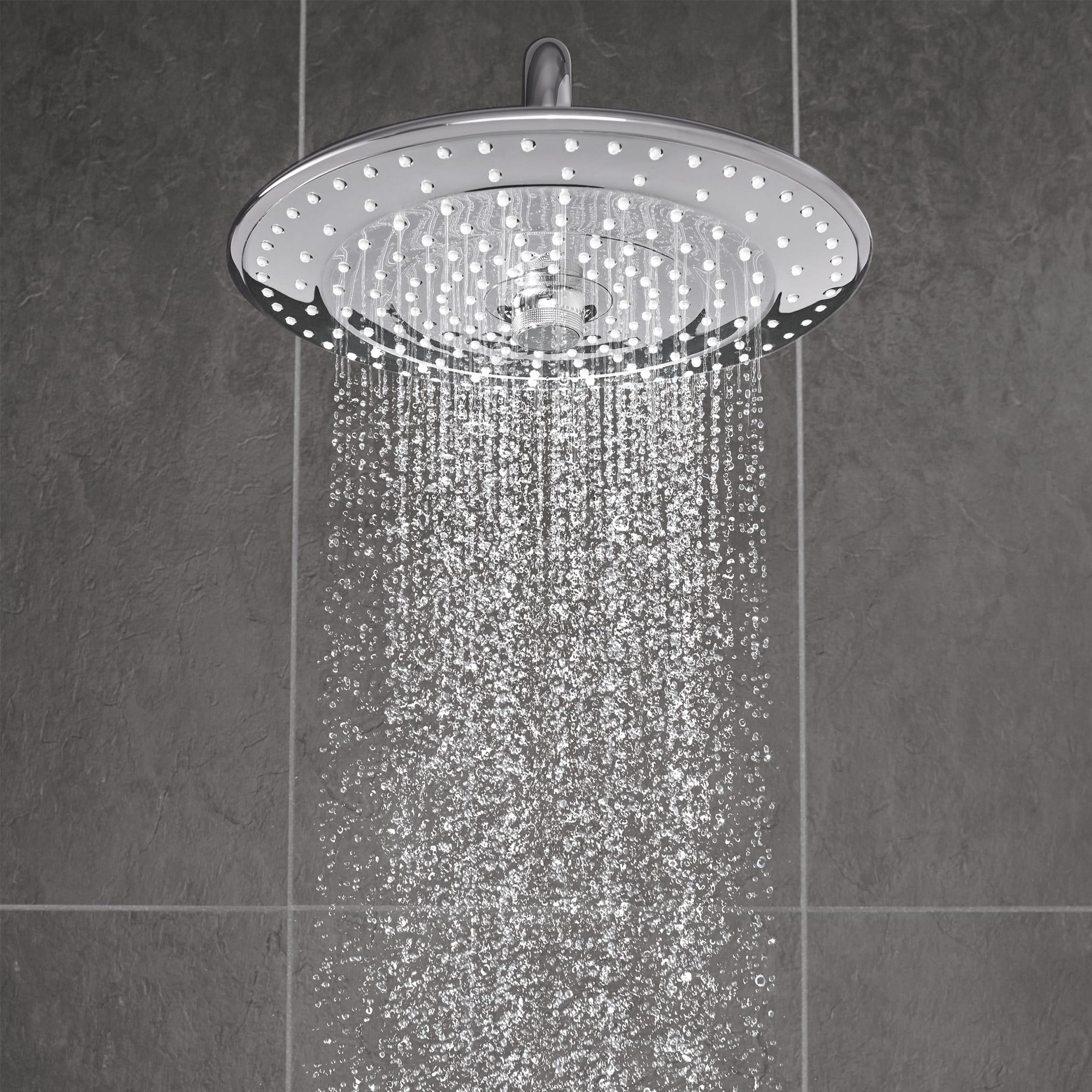 Tête de douche affichant le jet de pluie plein visage.