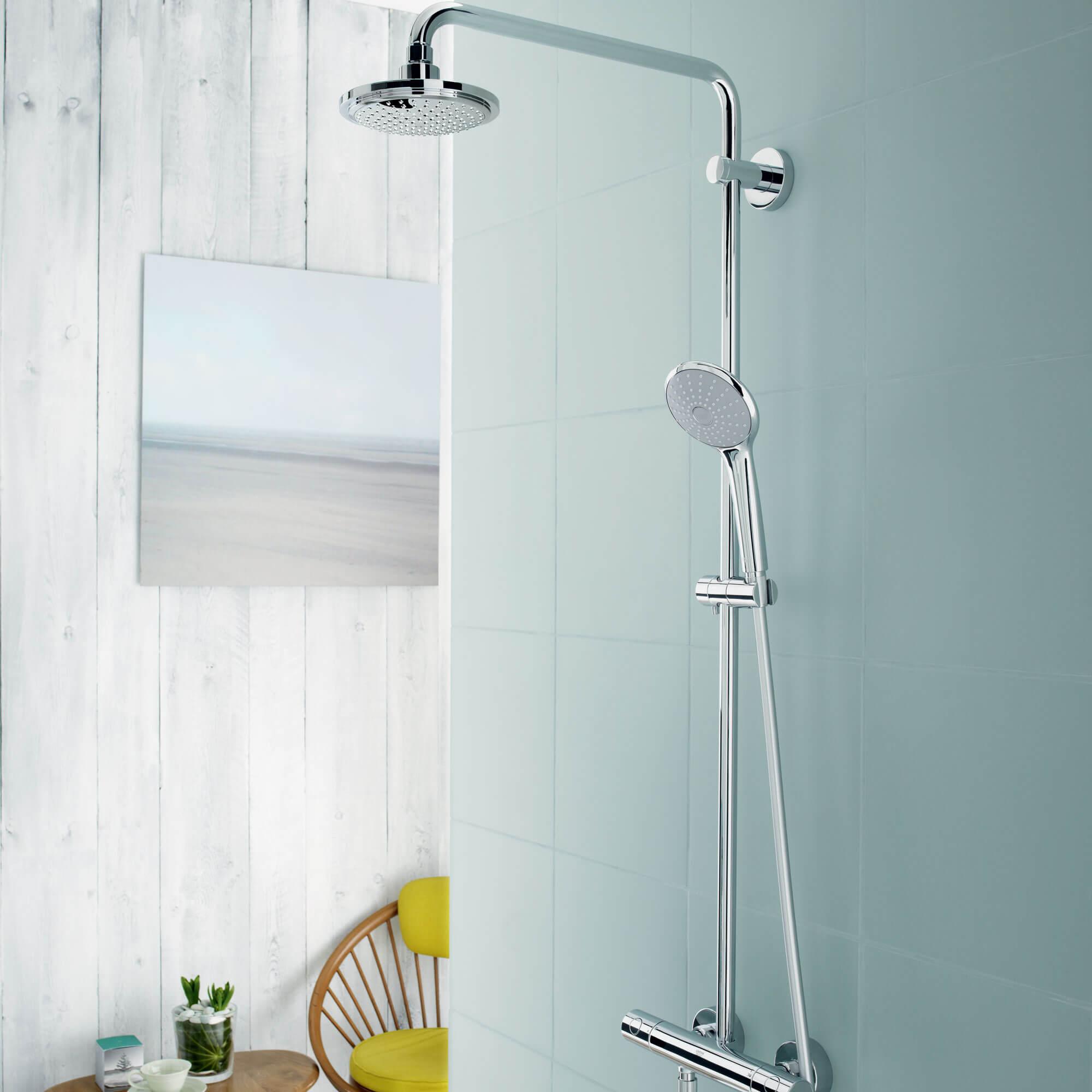 Image du système de douche Euphoria à fond bleu.