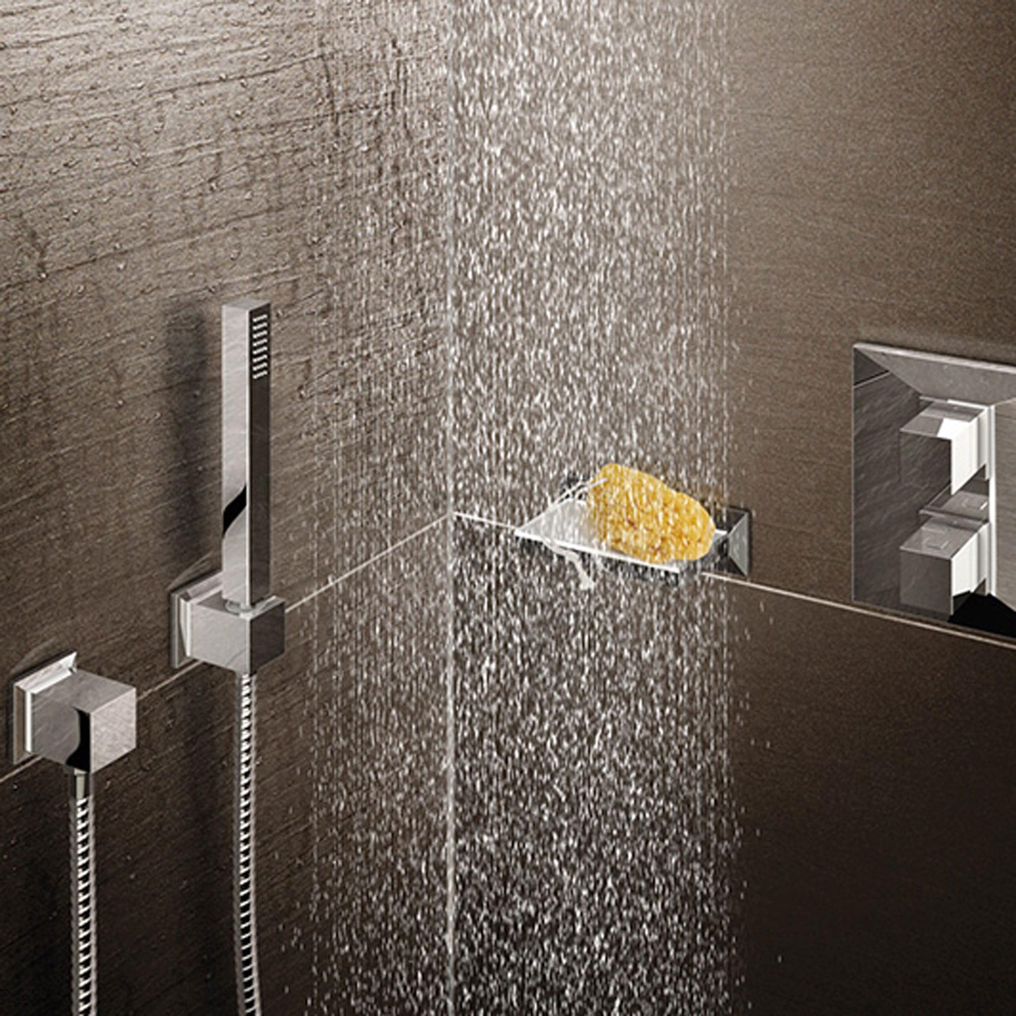 douche en cours d'exécution avec coin de douche en arrière-plan