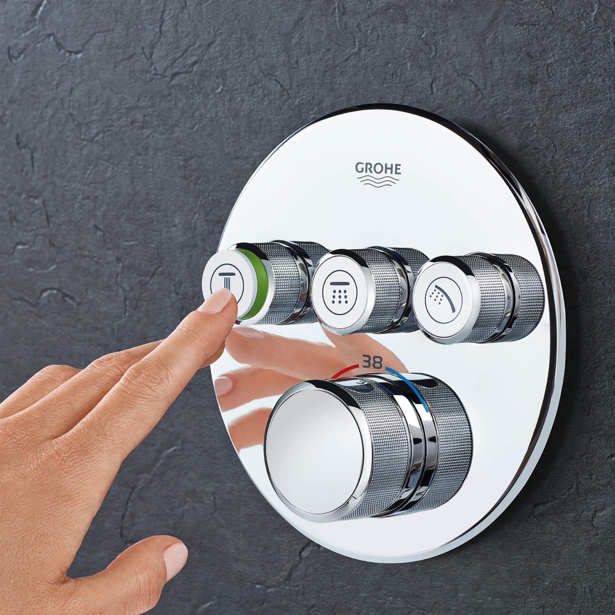 personne poussant bouton pour GROHE Smart Control