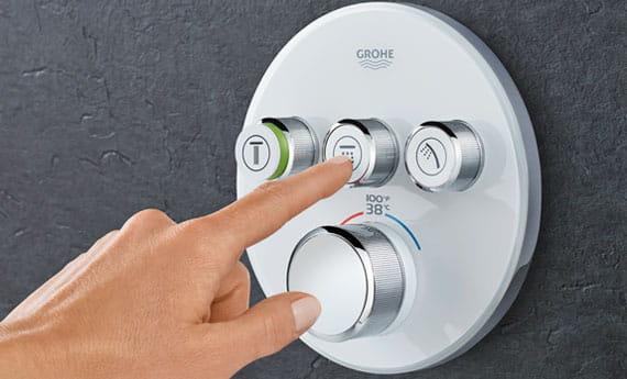 Grohe Smartherm avec une personne poussant les boutons
