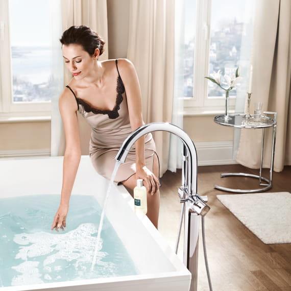 GROHE Grandera Femmes à côté de la baignoire