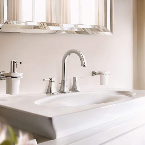 Robinet Grandera dans une salle de bain avec lavabo blanc.
