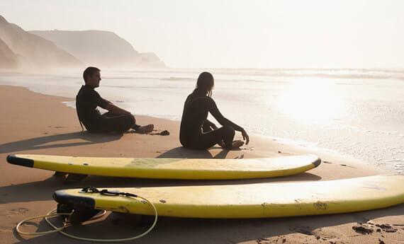 Plage avec des surfeurs
