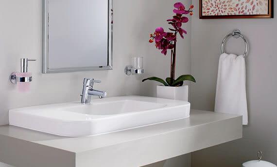 Robinet de salle de bains de Concetto dans la salle de bains avec des orchidées et le miroir