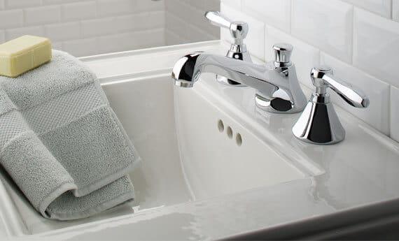 Robinet Somerset dans une salle de bains blanche.