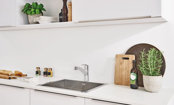 GROHE Eurosmart Kitchen Faucet dans une salle à thème blanc