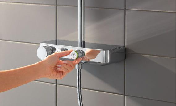 Main des femmes changeant le cadran sur un bouton de douche de commande Euphoria Smart.