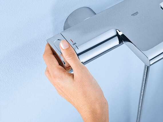 person adjusting knob on Grohtherm 2000